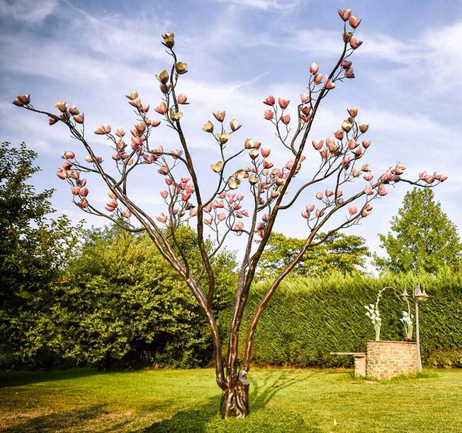 L'albero della magnolia è un'opera di design per esterni realizzata in ferro